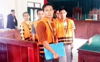 Enam tersangka kasus pencurian sawit milik PT BUM di Pengadilan Negeri Sampit, Kamis (16/3/2017)