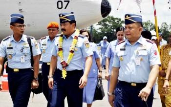 Kepala Staf TNI Angkatan Udara (KSAU) Marsekal Hadi Tjahjanto (tengah) tiba di Lanud Iskandar Pangkalan Bun, Kamis (16/3/2017). Kedatangannya ke Pangkalan Bun merupakan kunjungan kerja setelah ia dilantik menjadi KSAU tiga bulan lalu.