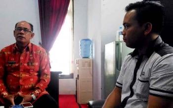 Kepala Disparpora Kabupaten Gumas Suprapto Sungan (kiri) ketika berbincang dengan wartawan di ruang kerjanya, Kamis (16/3/2017).
