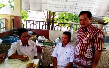 Anggota DPRD Gunung Mas Untung Jaya Bangas (kanan) berbincang dengan pegawai Dinas Sosial Budhy dan Kepala Desa Sare Rangan Dinur, Rabu (15/3/2017).
