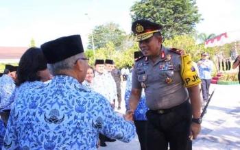 Kapolda Kalteng bersamalan dengan para PNS seusai menjadi Irup di apel hasupa hasundau di halaman kantor gubernur Jumat (17/3/2017) pagi