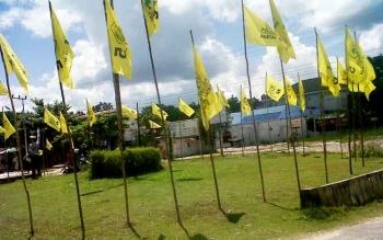 Puluhan bendera Partai Golkar berkibar di sekitar Bundaran Agung Kasongan, Jumat (17/3/2017).