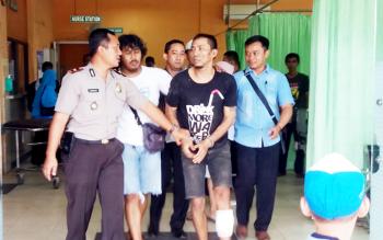 Kapolsek Ketapang Kompol Purwanto Hari Subekti bersama anggota Resmob Polres Kotim saat menggiring tersangka penusukan, usai ditembak.