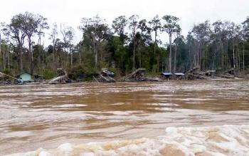 Pondok penambang berjejer di Sungai Murui, Kabupaten Kapuas.