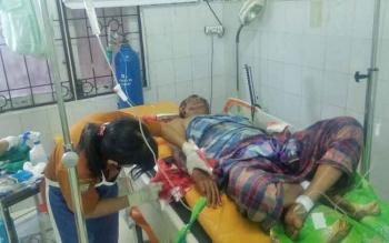 Piusdame mendapat perawatan medis di ruang IGD RSSI Pangkalan Bun, Jumat (17/3/2017). Ia selamat dari pembantaian yang dilakukan tetangganya.