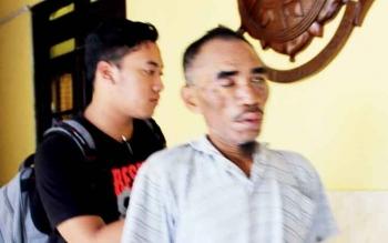 Tersangka Egenius Paceli digiring polisi di Mapolres Kobar, Jumat (17/3/2017)