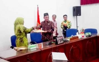 Komisioner KPU Barsel, Nining Kurningsih menyerahkan hasil pelno penetapan bupati dan wakil bupati terpilih kepada ketua DPRD Barsel, Tamarzam di Gedung DPRD Barsel, Jumat (17/3/2017).