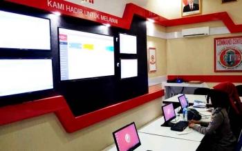 Anggota polisi wanita (Polwan) Polres Barito Utara saat melakukan pemantauan pada sistem operator aplikasi SIGAP.
