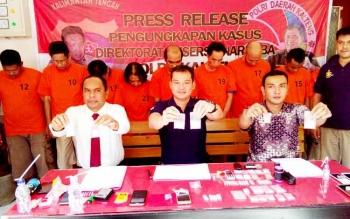 Kasubdit I Ditresnarkoba Polda Kalteng AKBP Nandang (tengah) didampingi Kasubdit III AKBP Sahat TP Simanjuntak (kiri) dan Kanit Subdit II, Kompol Win Widianto menunjukan barang bukti sabu yang disita dari 12 pengedar, Jumat (17/3/2017).