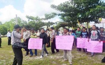 Puluhan warga UPT Buntut Bali, Kecamatan Pulau Malan saat menggelar demo damai menuntut pembagian sertifikat lahan di halaman Kantor Dinas Sosial dan Transmigrasi Katingan, beberapa waktu lalu.