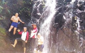 Kepala Disparpora Kabupaten Gumas Suprapto Sungan (tiga dari kiri) saat mengunjungi Air Terjun Sungai Hantangan di Kecamatan Tewah, 17/3/2017).