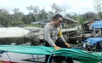 Kapolres Kapuas meninjau lokasi penambangan tradisional di Desa Moroi Kecamatan Kapuas Sungai Das Kapuas.