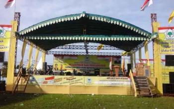 Panggung tempat pelantikan pengurus Golkar di lapangan Gagah Lurus Kuala Pembuang.
