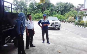 Kepala Dinas Perhubungan Kotim H Fadliannor (baju putih) saat di Bandara H Asan Sampit, Sabtu (18/3/2017)