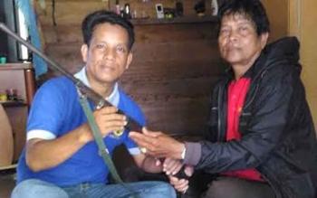 Sertu Kelong (kiri), anggota Kodim 1013/Mtw menerima senjata api rakitan jenis dum-duman dari warga Kota Puruk Cahu, Jumat (17/3/2017) sore lalu.