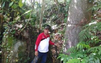 Kepala Disparpora Gumas Suprapto Sungan menunjukkan benda peninggalan Belanda di kawasan Gunung Mas, Jumat (17/3/2017).