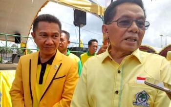 Ketua DPD Partai Golkar Provinsi Kalimantan Tengah, HM Ruslan didampingi Ketua DPD Partai Golkar Kabupaten Sukamara saat diwawancarai wartawan.