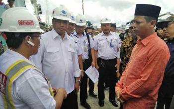 Menteri Perhubungan RI, Budi Karya Sumadi (dua kiri) mendengarkan penjelasan GM Pelindo Kumai, Jasri (kiri) terkait kesiapan pelabuhan untuk melayani arus mudik 2017, di pelabuhan Panglima Utar Kumai, Sabtu (18/3/2017)