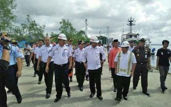 Menteri Perhubungan, Budi Karya Sumadi (dua depan) saat meninjau Pelabuhan Panglima Utar Kumai, Sabtu (18/3/2017).
