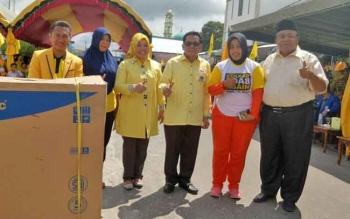 Ketua DPD Golkar Provinsi Kalteng, HM Ruslan AS, Bupati Sukamara Ahmad Dirman, Ketua DPD Golkar Kabupaten Sukamara Edy Alrusnadi saat befoto bersama penerima hadiah senam massal.