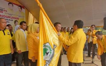 Ketua DPD Golkar Provinsi Kalteng, HM Ruslan AS saat menyerahkan panji Golkar kepada Ketua DPD Golkar Kabupaten Sukamara, Edy Alrusnadi usai dilantik.