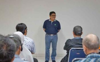 Direktur Marketing PT SSMS Tbk Ramzy Sastra saat menyambut rombongan Institut Penelitian Inovasi Bumi (INOBU) di Pabrik Kelapa Sawit (PKS) Sulung, Sabtu (18/3/2017).