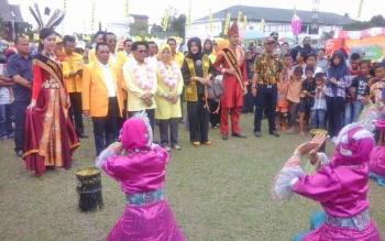 Ketua Dewan DPD Golkar Kalteng HM Ruslan dan rombongan juga disuguhi tarian pesisir Kabupaten Seruyan saat tiba di Kuala Pembuang.