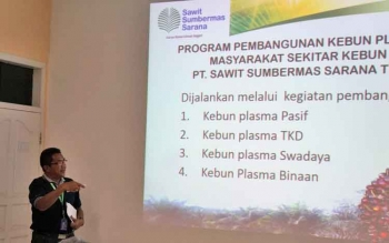 Manajer Plasma PT SSMS Tbk Soleh Puji Hartono menyampaikan paparan pada rombongan Institut Penelitian Inovasi Bumi (INOBU) di Pabrik Kelapa Sawit (PKS) Sulung, Sabtu (18/3/2017).