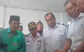 Wakil Bupati Kotim M Taufiq Mukri (kiri), Kadishub Kotim H Fadliannor (dua kiri)) bersama Menteri Perhubungan RI Budi Karya Sumadi (tiga kiri), dan pejabat Pelindo.
