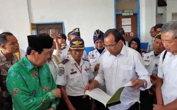 Menhub Budi Karya Sumadi didampingi Wakil Bupati Taufiq Mukri dan Kepala Dinas Perhubungan Kotim Fadliannoor saat berkunjung ke Terminal Pelindo III Pelabuhan Sampit, Sabtu (18/3/2017).