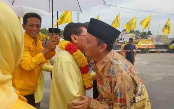 Wakil Bupati Sukamara Windu Subagio saat menyambut kedatangan Ketua DPD Golkar Kalteng HM Ruslan AS.