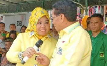 Katua DPD Golkar Provinsi Kalimantan Tengah, H M Ruslan saat hendak membacakan kupon undian senam massal.