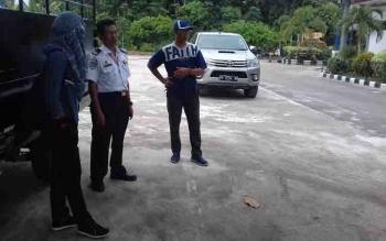 Kepala Dishub Kotim Fadlian Noor (tengah) bersama awak media.