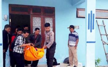 Korban dievakuasi dari rumah dinasnya.
