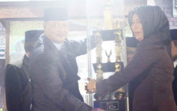 Camat Bulik, Atie Dieni, menyerahkan piala bergilir juara umum STQ di pembukaan.