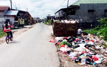 Terlihat sampah berserakan dan melebur ke tepi jalan di Jalan Panjaitan Selatan, Kecamatan Mentawa Baru Ketapang, Sampit, Kabupaten Kotawaringin timur (Kotim), Minggu (19/3/2017).