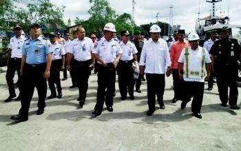 Menteri Perhubungan Budi Karya Sumadi (kemeja putih polos) saat meminjau pelabuhan Panglima Utar Kumai, Sabtu (18/3/2017)