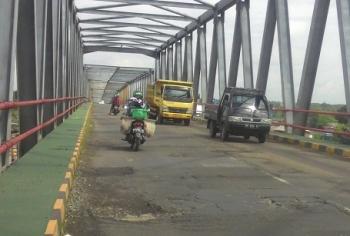 Kondisi aspal di Jembatan Pulau Telo sudah mengelupas