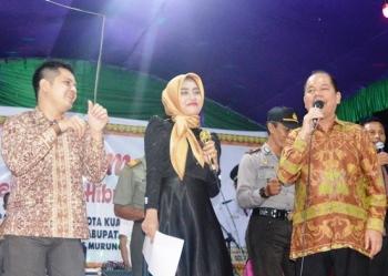 Bupati Kapuas, Ben Brahim S Bahat berduet dengan Risty KDI saat menghibur masyarakat Palingkau