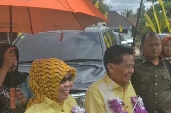 Ketua DPD Golkar Kalteng HM Ruslan didampingi istrinya Hj Nor Hidayah saat di Kasongan, Minggu (19/3/2017)