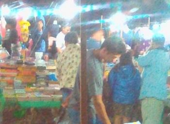 Pasar malam Tamiang Layang ramai pembeli\\r\\n