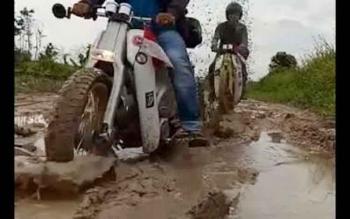 Jalan menuju Desa Tanjung Putri Kecamatan Arut Selatan, Kabupaten Kotawaringin Barat sulit dilintasi pengendara karena berlumpur.