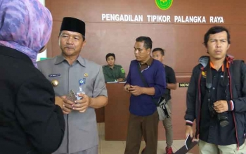 Wali Kota Palangka Raya HM Riban Satia di Pengadilan Tipikor Palangka Raya, Senin (20/3/2017).