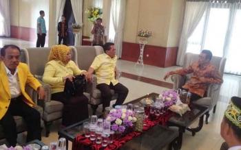 Ketua DPD Partai Golkar Provinsi Kalteng, HM Ruslan AS bersama rombongan saat berada di rumah jabatan Bupati Mura, Minggu (19/3/2017) sore.