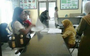 Warga sedang mengurus administrasi kependudukan di Kantor Disdukcapil Kobar, beberapa waktu lalu.