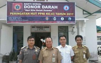 Ketua PPNI Kabupaten Katingan Setia Jaya (dua dari kiri) foto bersama perawat dan peserta donor darah di depan kantor UTD RSUD Mas Amsyar Kasongan, Senin (20/3/2017).
