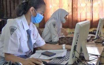 Sejumlah Siswa SMAN 1 Sampit sedang melakukan uji coba komputer yang akan ddigunaakan mereka untuk melaksanakan UNBK.