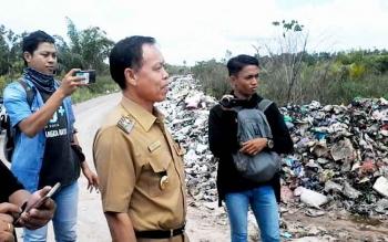 Wakil Bupati Katingan Sakariyas saat melakukan sidak di Jalan Ais Nasution Km6 Kasongan dan ke TPA Kasongan, Senin (20/3/2018).