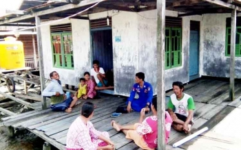 Masyarakat Kecamatan Jelai, Kabupaten Sukamara saat duduk santai di teras rumah salah satu warga setempat.