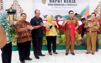 Wakil Bupati Gunung Mas, Rony Karlos memukul gendang tanda dibukannya Rapat Kerja Kebudayaan dan Pariwisata se-Kalteng di GPU Tampung Penyang Kuala Kurun, Senin (20/3/2017)